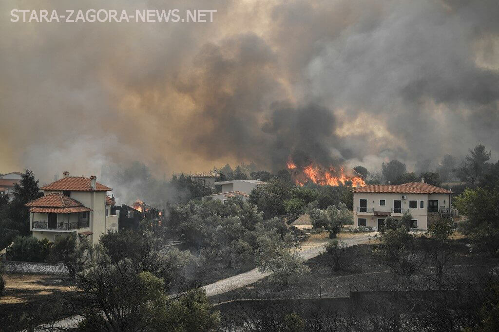 ไฟป่าในกรีซ ทำให้ชาวเกาะที่นั้นต้องอพยพไฟป่ายังคงพัดผ่านเกาะEviaของกรีก ทำให้ผู้อยู่อาศัยต้องหลบหนีไปยังที่ปลอดภัยทางทะเล อพยพประชาชน
